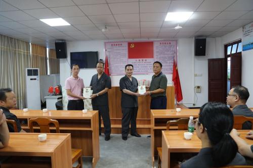 9月25日,五华法院组织党员到水寨镇坝美村开展党建宣传活动